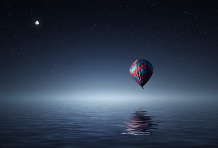hot-air-balloon-reflected-in-sea-with-full-moon